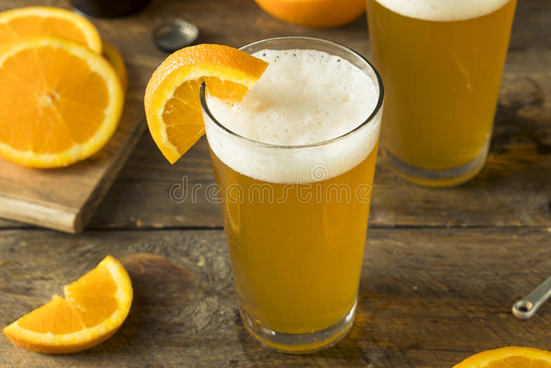 Organisches orange Zitrusfrucht-Handwerks-Bier lizenzfreie stockbilder