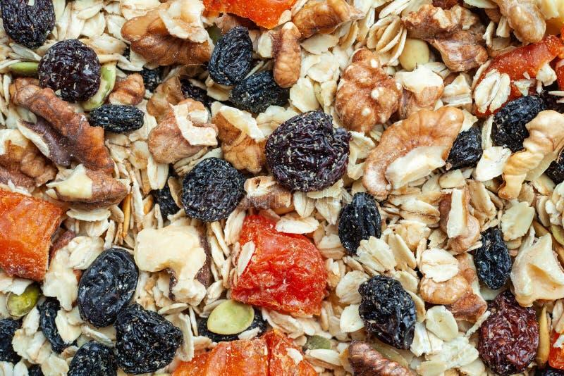 Organisches selbst gemachtes Granola mit Hafern, Nüssen und Trockenfrüchten Beschaffenheitshafermehl Granola oder muesli als Hint lizenzfreie stockfotos