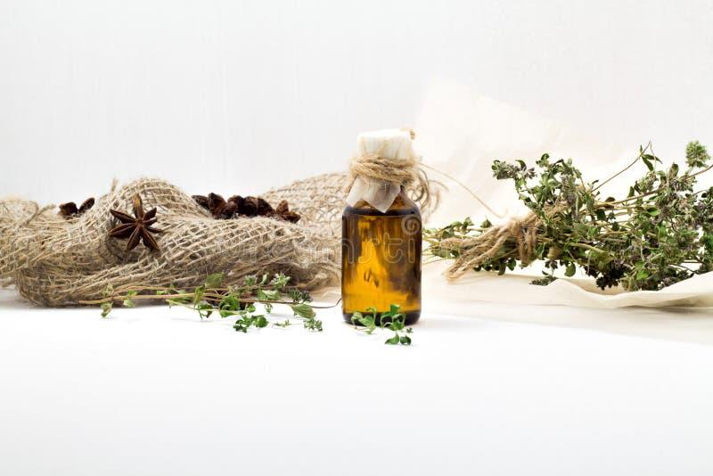 Organisches wesentliches Thymianöl mit für Schönheit und Badekur stockfoto