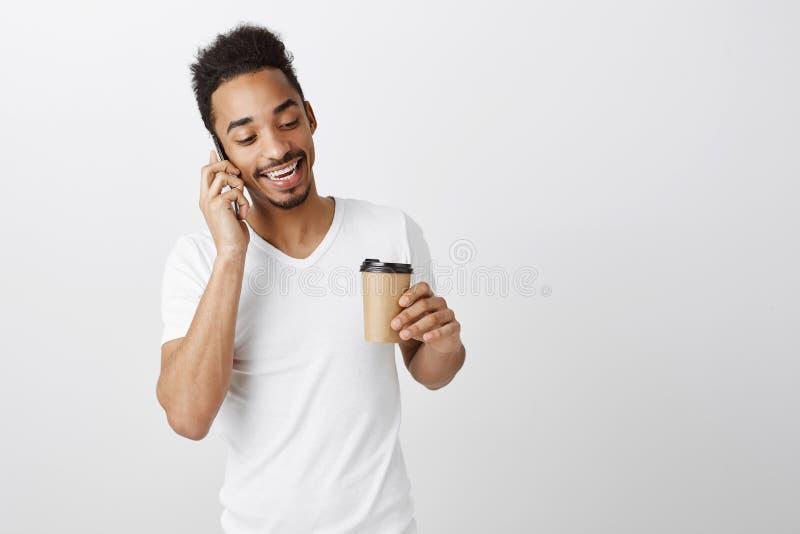 Organiser la réunion avec des compagnons Homme sûr décontracté d'afro-américain avec la coupe de cheveux Afro, tenant la tasse de image libre de droits