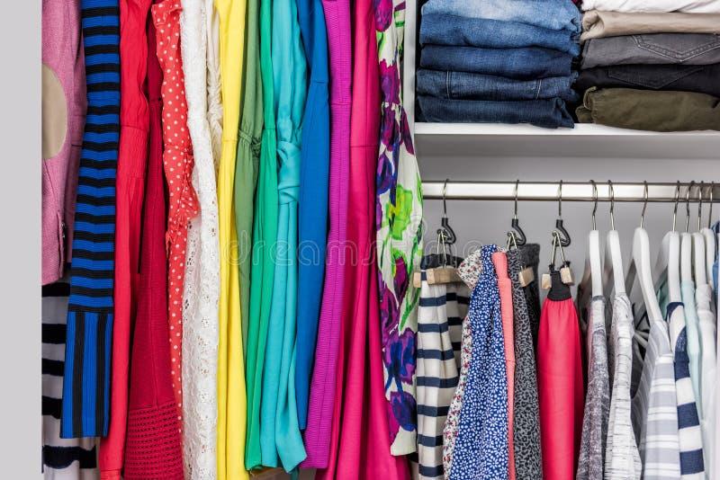 Organiserad hem- bekläda garderob- eller shoppaskärm arkivbilder