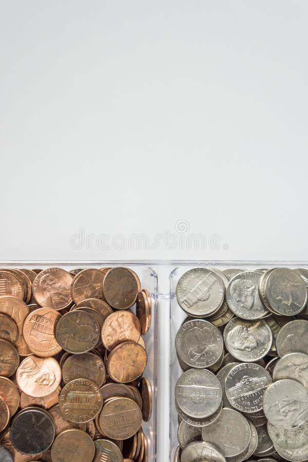 Organiserad lös myntändring på den nedersta sidan, tomt tomt rumutrymme för textöverkant royaltyfri bild