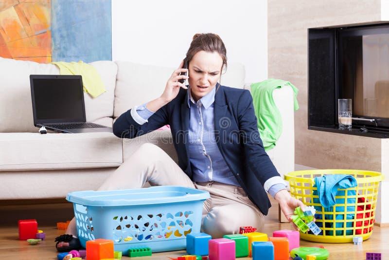 Organiserande leksaker och arbete för moder royaltyfri fotografi
