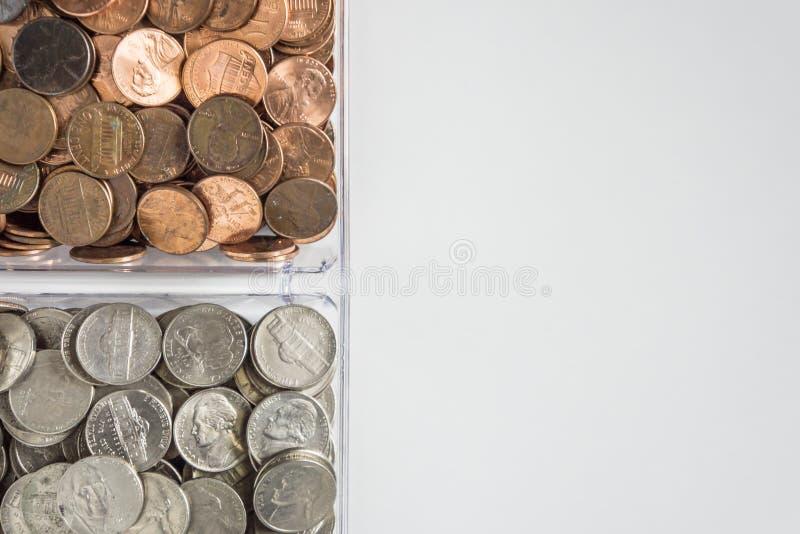 Organisierte lose Münzenänderung auf linker Seite, leerer leerer Raumraum für Textrecht lizenzfreie stockbilder