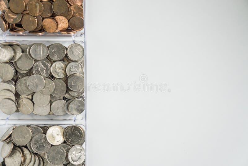 Organisierte lose Münzenänderung auf linker Seite, leerer leerer Raumraum für Textrecht stockfotografie