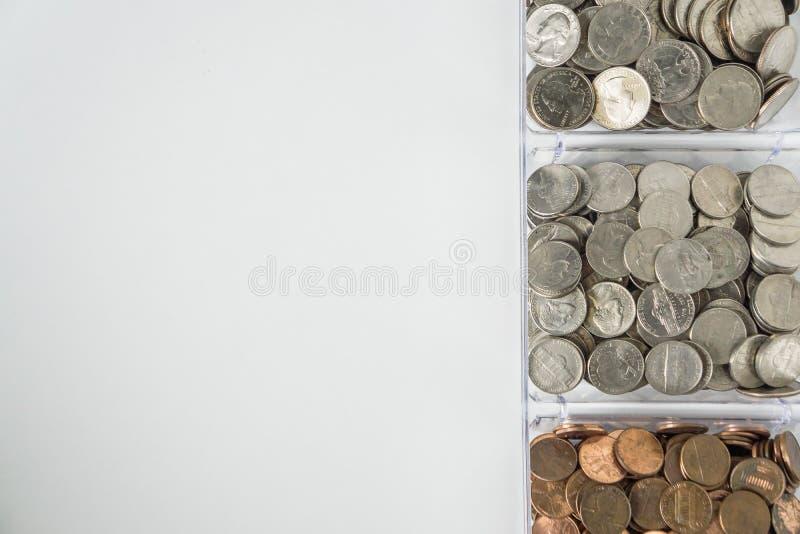 Organisierte lose Münzenänderung auf rechter Seite, leerer leerer Raumraum für Text verließ stockfotos