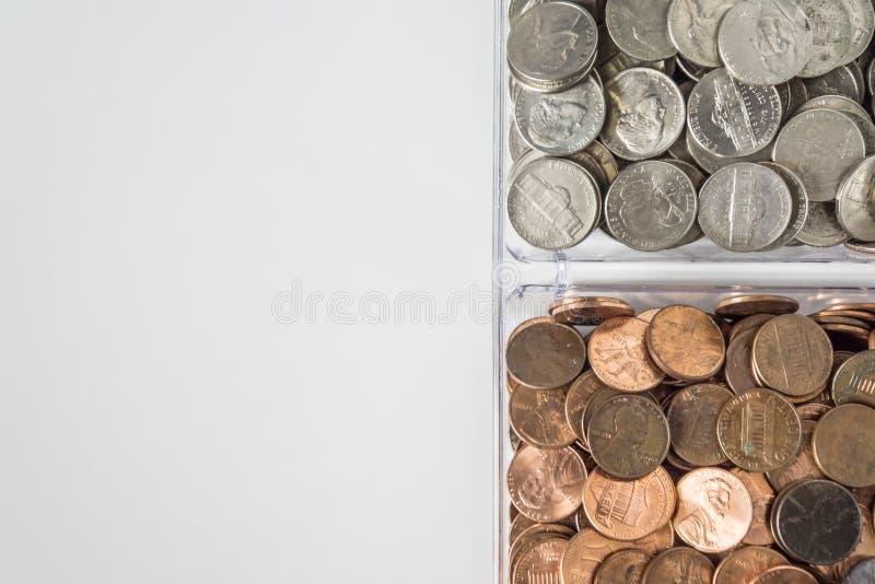 Organisierte lose Münzenänderung auf rechter Seite, leerer leerer Raumraum für Text verließ lizenzfreie stockfotos