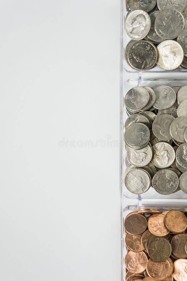 Organisierte lose Münzenänderung auf rechter Seite, leerer leerer Raumraum für Text verließ lizenzfreies stockfoto