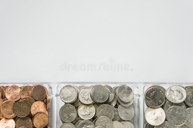 Organisierte lose Münzenänderung auf Unterseite, leerer leerer Raumraum für Textspitze stockbild