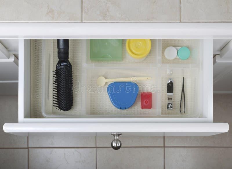 Organisiertes Badezimmer-Fach stockfotografie
