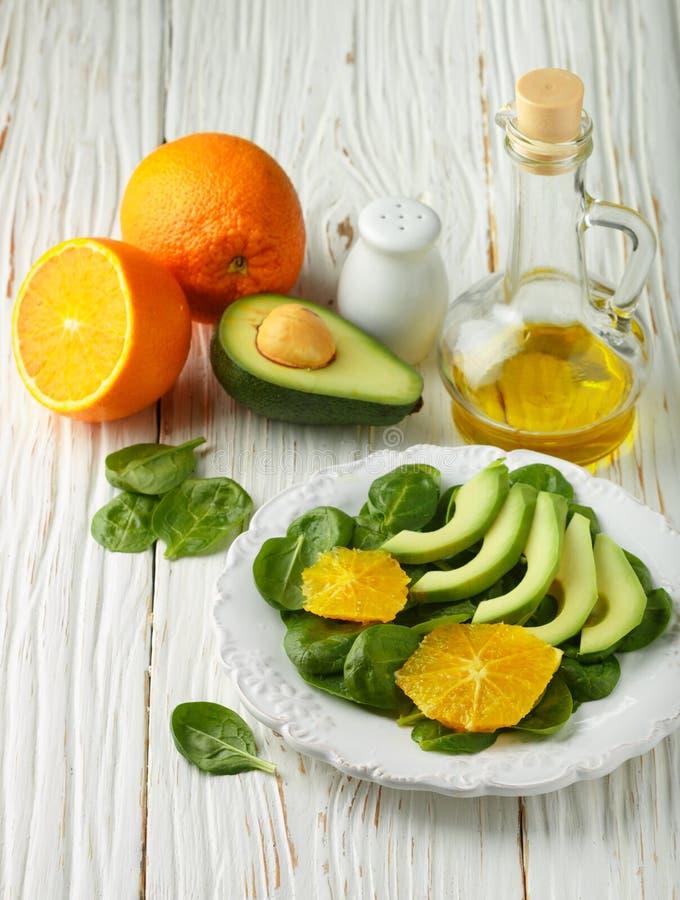 Organisk avokado- och spenatsallad med apelsinen royaltyfri foto
