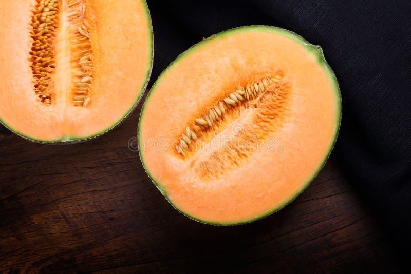 Organisk cantaloupmelon på trätabellen arkivbilder