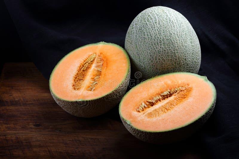 Organisk cantaloupmelon på trätabellen royaltyfri fotografi