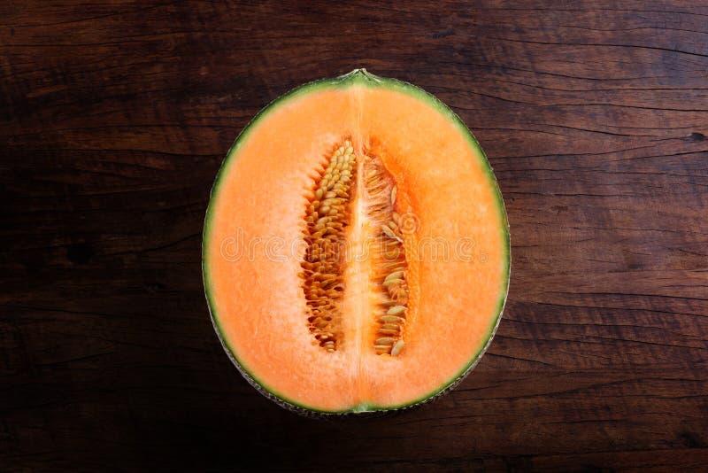 Organisk cantaloupmelon på trätabellen royaltyfria foton