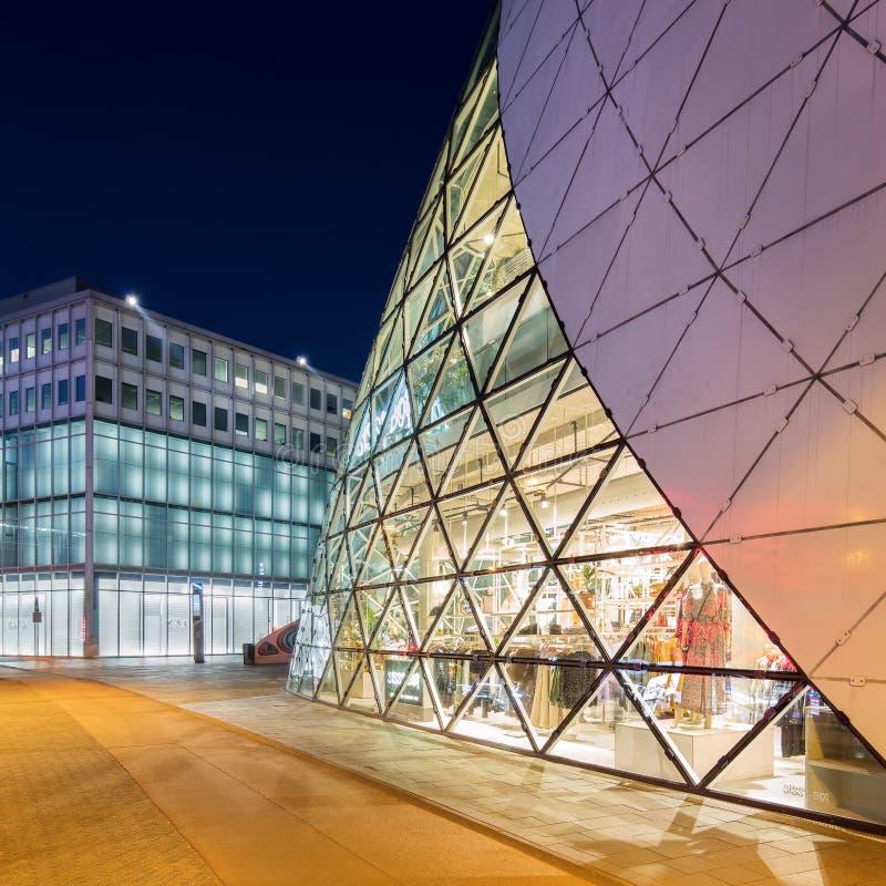 Organisk formad klickbyggnad i den Eindhoven mitten på skymning, Nederländerna arkivbild