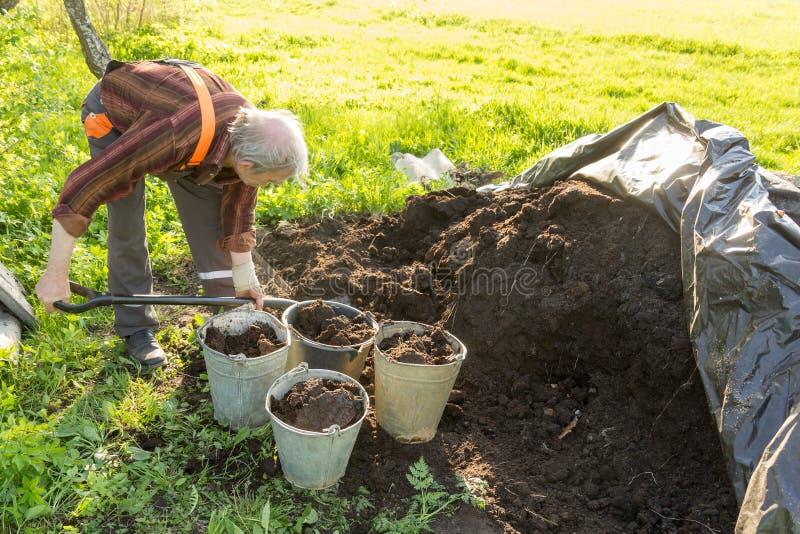 Organisk gödningsmedel i trädgården arkivfoto