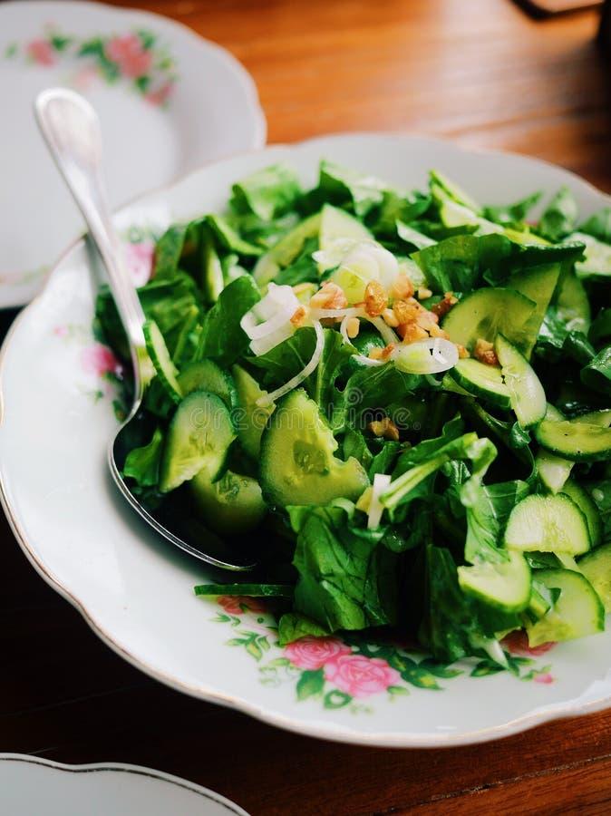 Organisk grön sallad på den blom- plattan royaltyfri foto