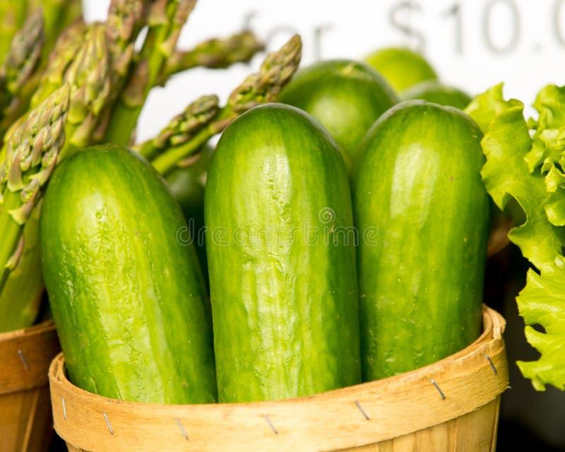 Organisk gurka och sparris i korg royaltyfri bild