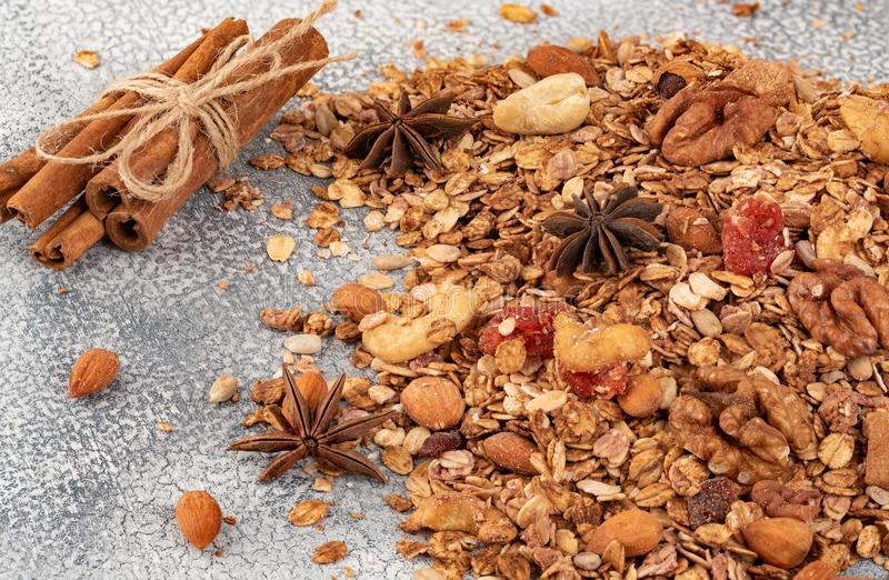 Organisk hemlagad Granolasädesslag med havre, mandeln, anis och cin royaltyfri foto