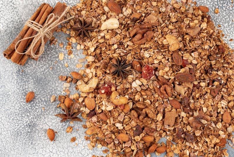 Organisk hemlagad Granolasädesslag med havre, mandeln, anis och cin arkivfoton