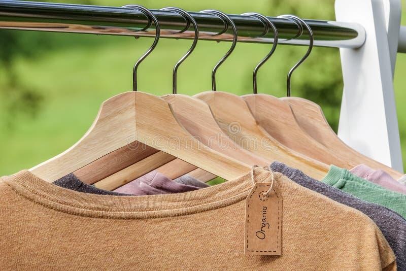 Organisk kläder Naturliga kulöra t-skjortor royaltyfri fotografi