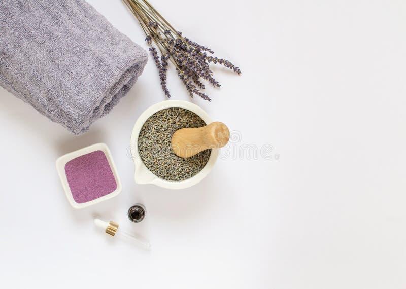 Organisk lavendel skurar, kräm, olja, kropphudomsorg royaltyfri bild