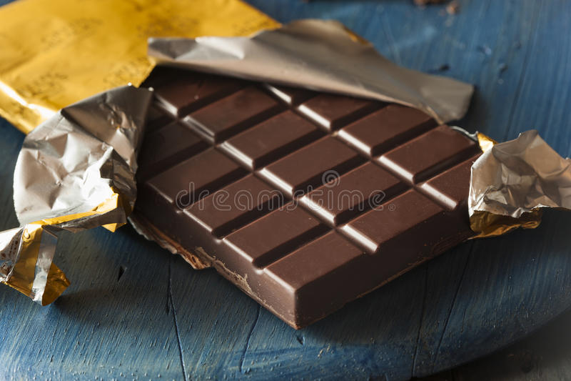 Organisk mörk chokladgodisstång arkivbilder