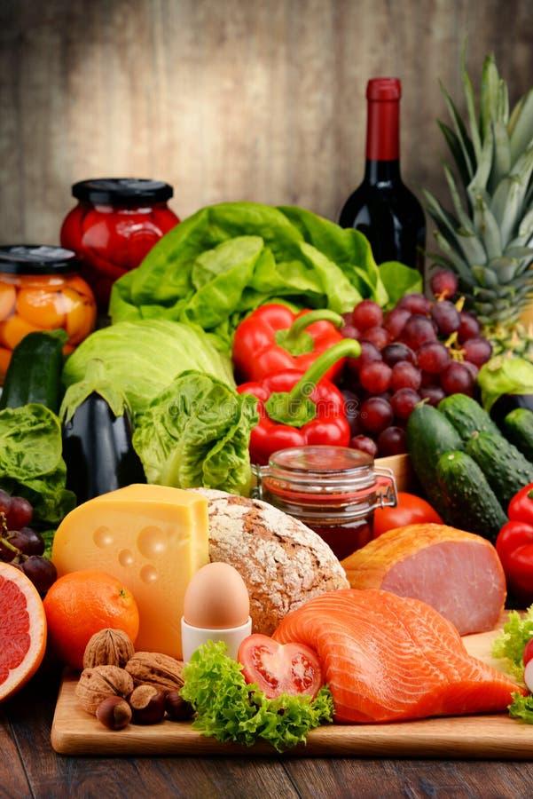 Organisk mat inklusive grönsaker bär frukt brödmejeri och kött arkivbild