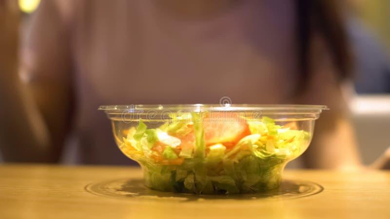 Organisk ny sallad i plast- bunken?rbild, mellanm?lst?ng, sund n?ring arkivfoto