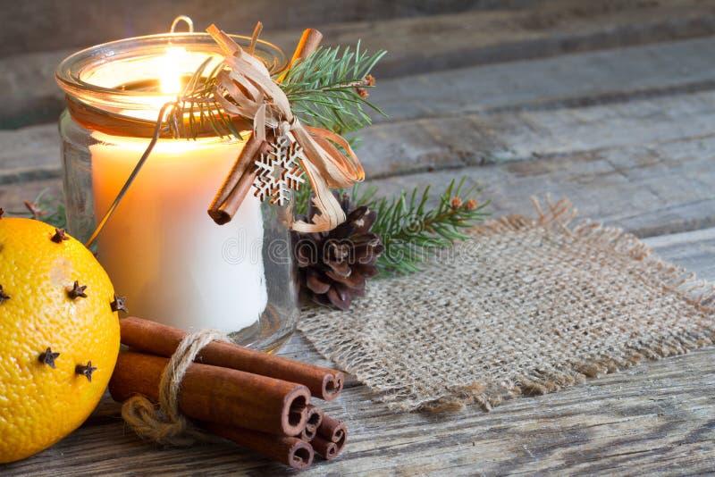 Organisk prydnad för handgjord jul med stearinljuset på den gamla retro trätabellen med apelsinen och trädet fotografering för bildbyråer