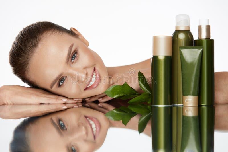 organisk skönhet Ung kvinna med sund ansikts- hud royaltyfri foto