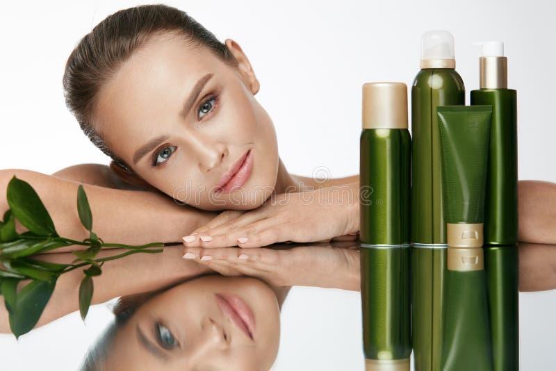 organisk skönhet Ung kvinna med sund ansikts- hud arkivfoton