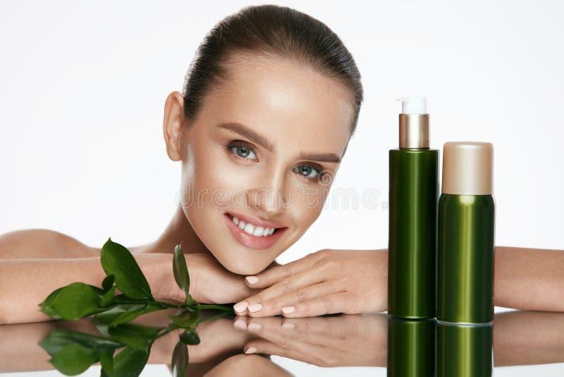 organisk skönhet Ung kvinna med sund ansikts- hud arkivbild