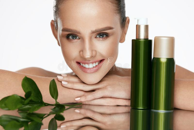 organisk skönhet Ung kvinna med sund ansikts- hud royaltyfri bild