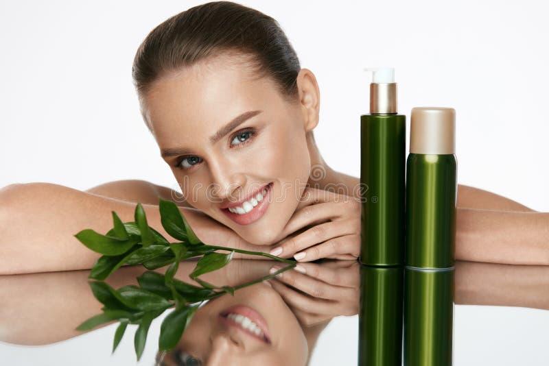 organisk skönhet Ung kvinna med sund ansikts- hud royaltyfri fotografi