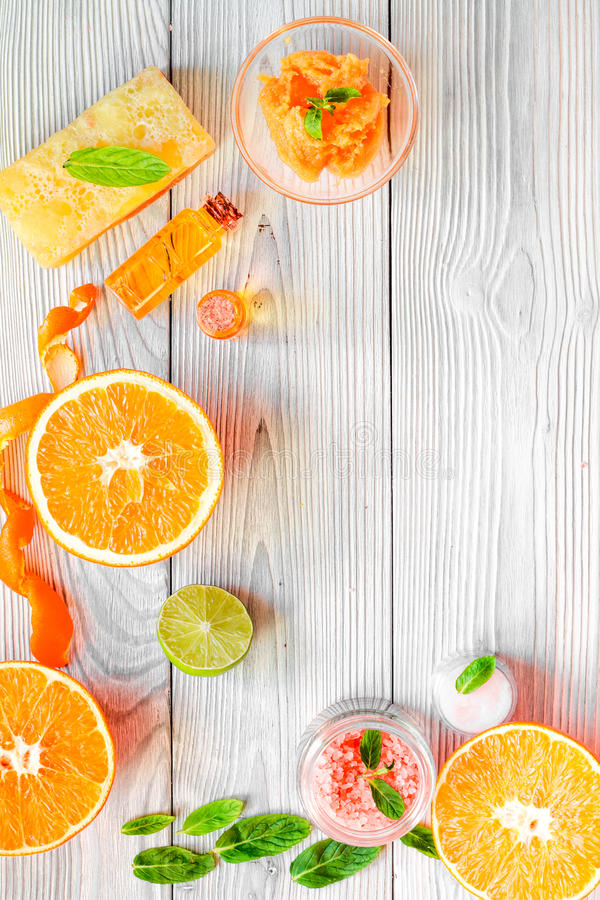 Organisk skönhetsmedel med citruns på bästa sikt för träbakgrund royaltyfri bild