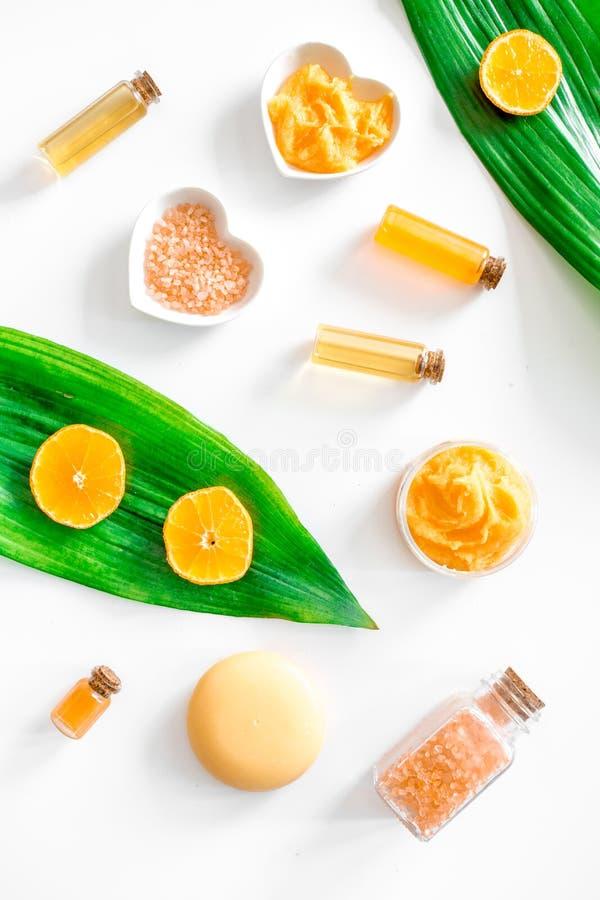 Organisk skönhetsmedel med citruns Salt för bad, kräm, skurar och lotion på bästa sikt för vit bakgrund royaltyfria foton