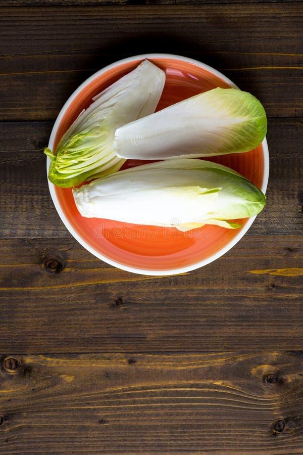 Organisk sund mat för ny Witloof Rå cikoriasallad arkivfoton