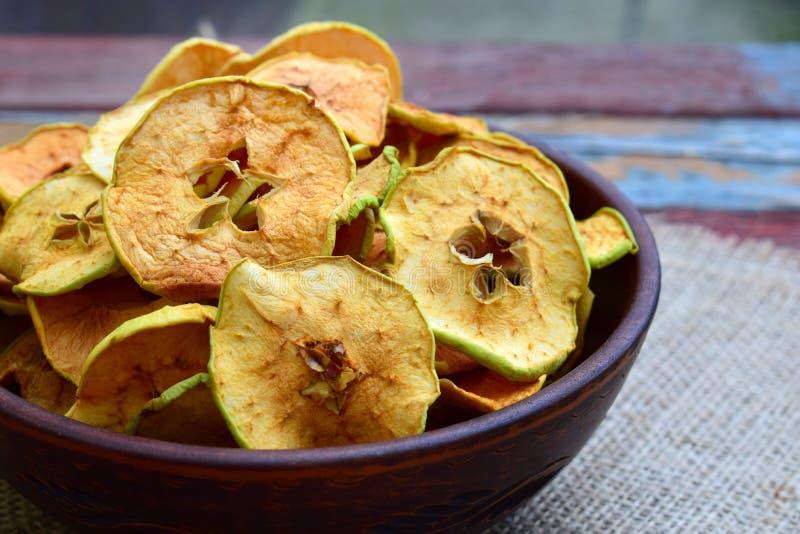 Organiska äpplechiper torkade frukter Sunt sött mellanmål Torkat och råkost kopiera avstånd arkivbilder