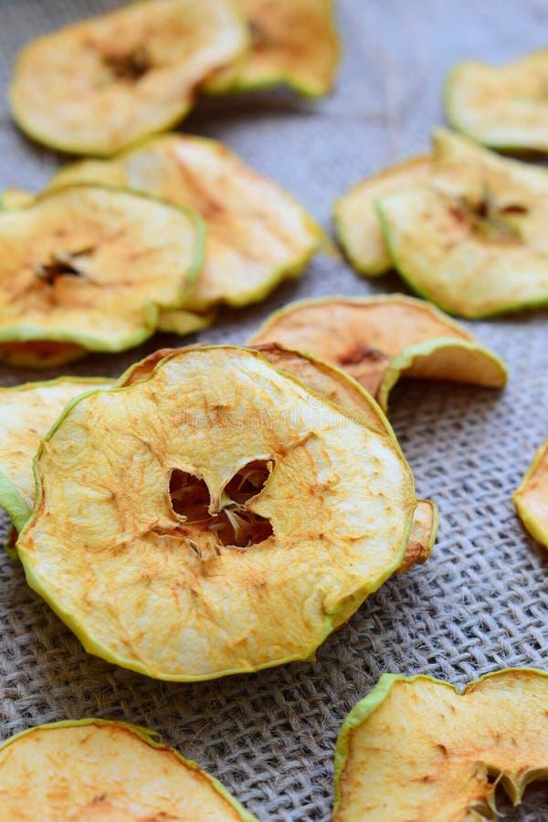 Organiska äpplechiper torkade frukter Sunt sött mellanmål Torkat och råkost kopiera avstånd royaltyfria bilder
