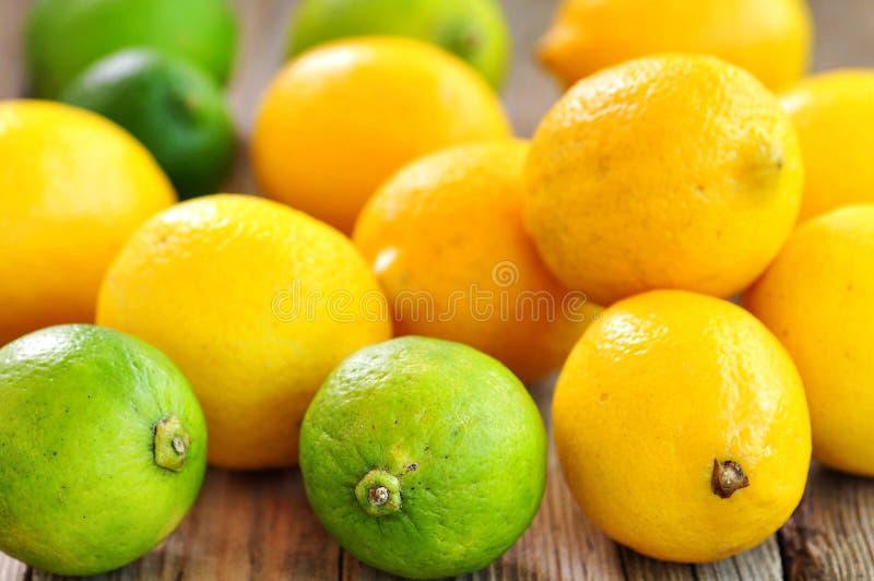 Organiska citroner på en träbakgrund tappning för stil för illustrationlilja röd royaltyfri fotografi