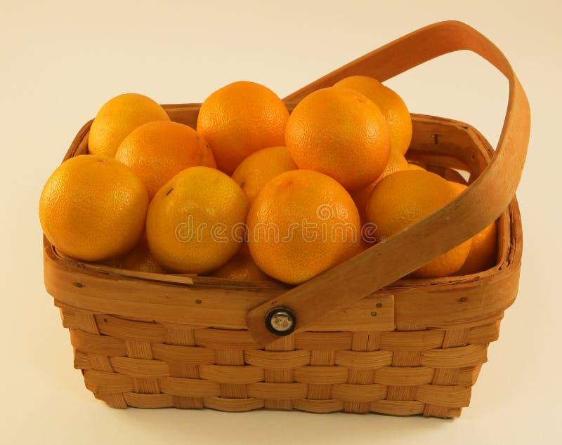Organiska Clementine Oranges i en korg arkivfoton