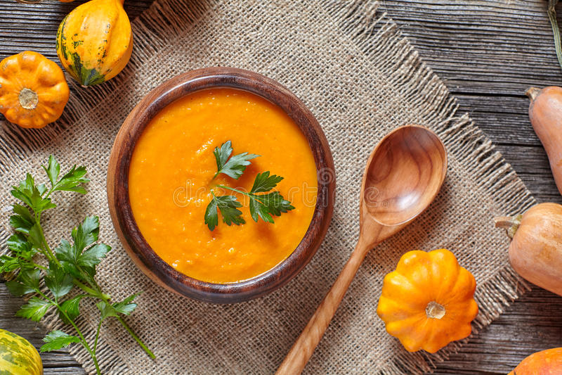 Organiska för krämig traditionell kryddig vegetarisk grönsak för höst för pumpasoppa bantar sunda mål arkivbild