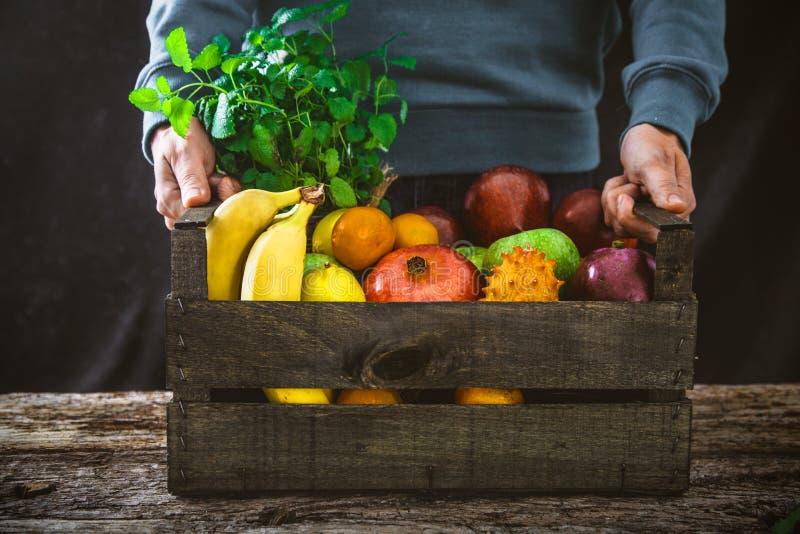 Organiska frukter på trä arkivbilder