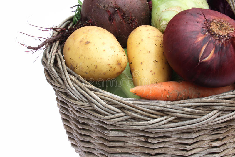 organiska grönsaker för korg arkivbilder