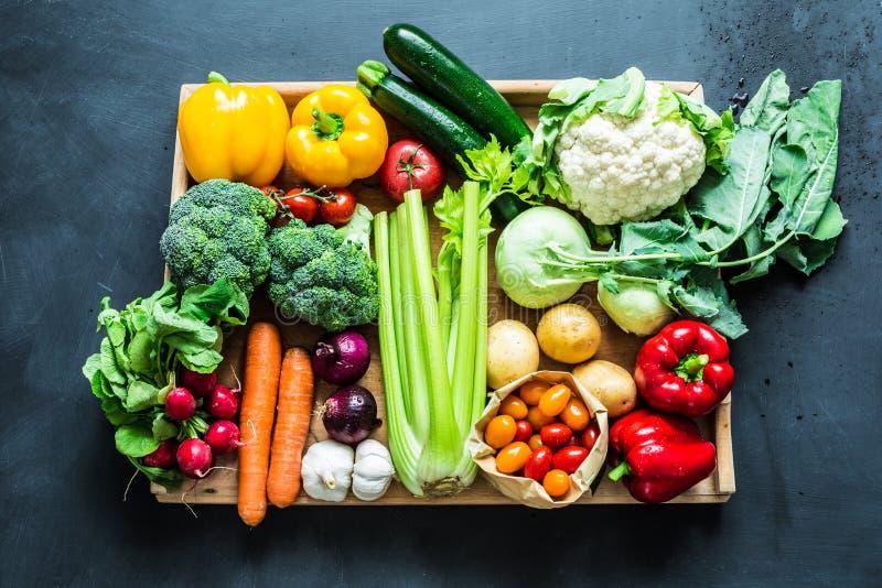 Organiska grönsaker för ny färgrik vår på svart arkivfoton