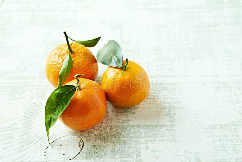 Organiska mandariner med sidor arkivbild