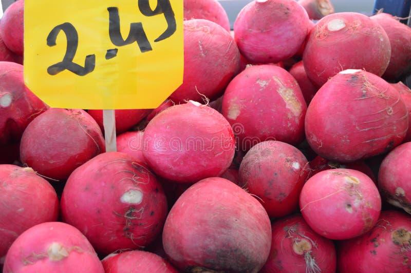 Organiska och sunda rädisa- och rovabilder på greengrocery royaltyfria foton