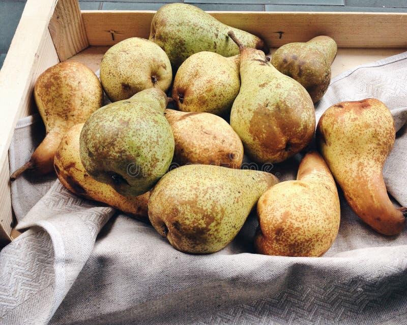 Organiska päron i en träask arkivbild