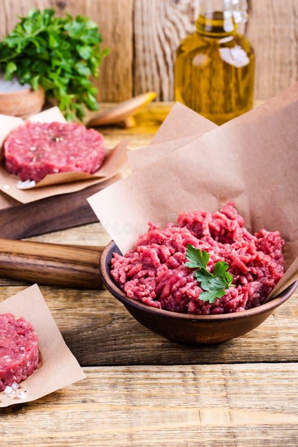 Organiska rå jordkotletter för nötköttkött- och hamburgarebiff royaltyfri bild